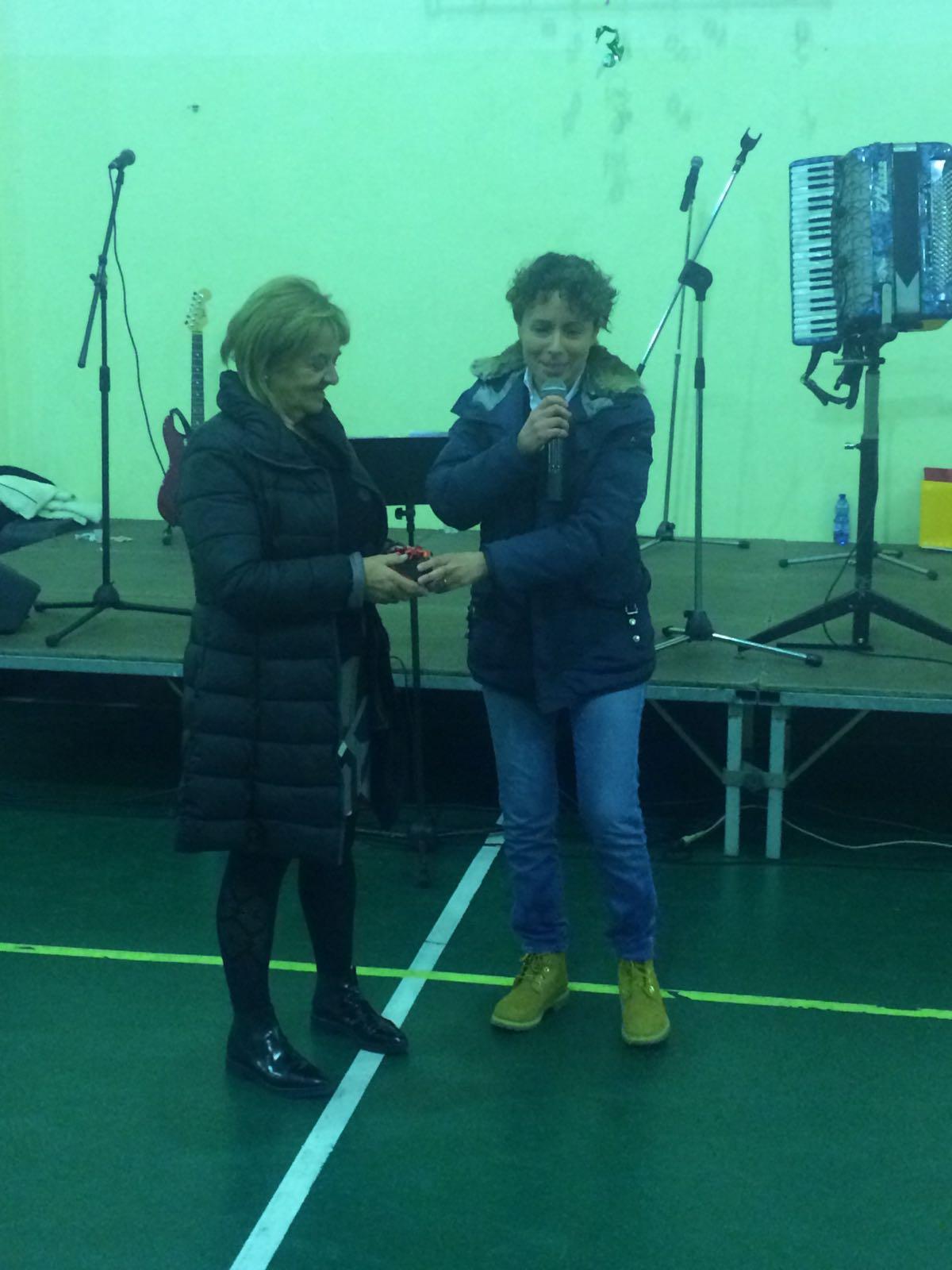 La premiazione di Lucia, abile quanto sorridente venditrice, da parte del sindaco Manola Gruppi.