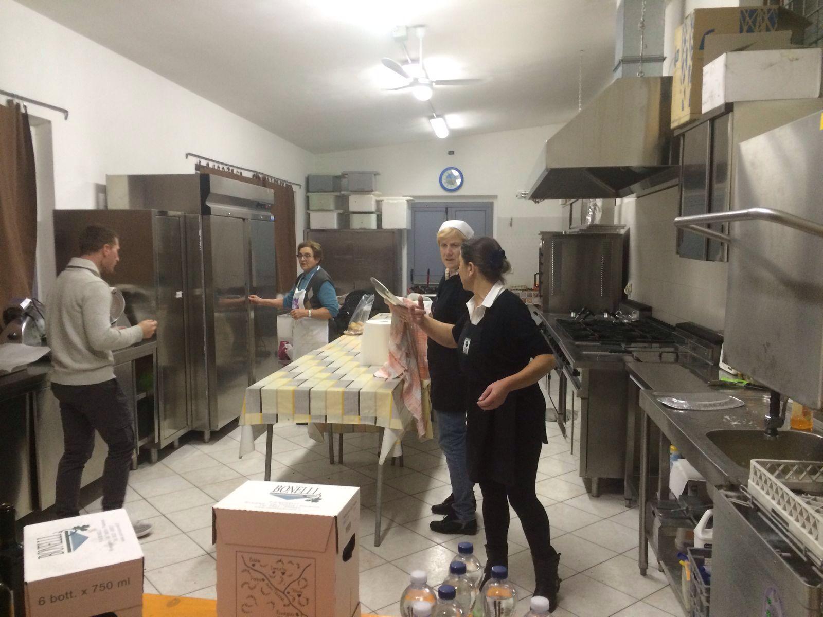 Maria Rosa, Enrica e Marisa, ovvero le cuoche della parrocchia immortalate nel loro regno, sempre pronte a sfornare prelibatezze.