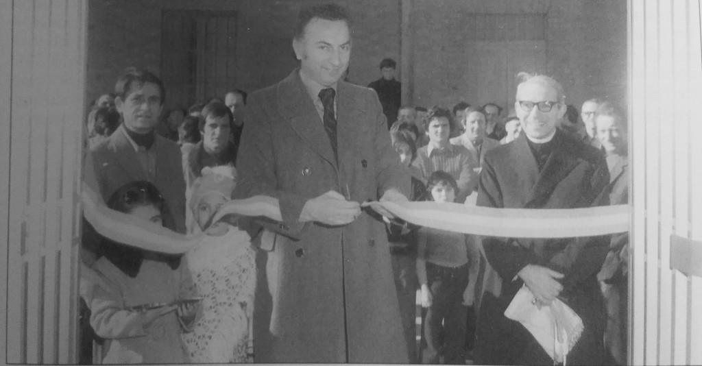L'inaugurazione del Bocciodromo coperto avvenuta l'8 febbraio 1975. A taglaire il nastro Luigi Zazzali. Al suo fianco l'arciprete don Silvio Losini.