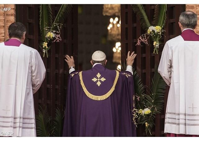L'apertura da parte di Papa Francesco della Porta Santa della cattedrale di Bangui (Rep. Centrafricana).