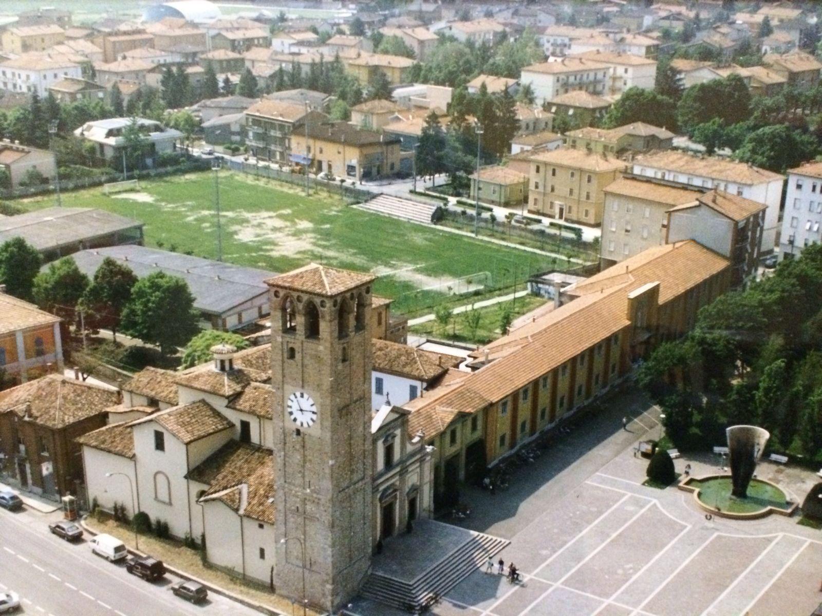 Una veduta aerea della chiesa di San Pietro Apostolo e dell'oratorio che si estende sulla destra.