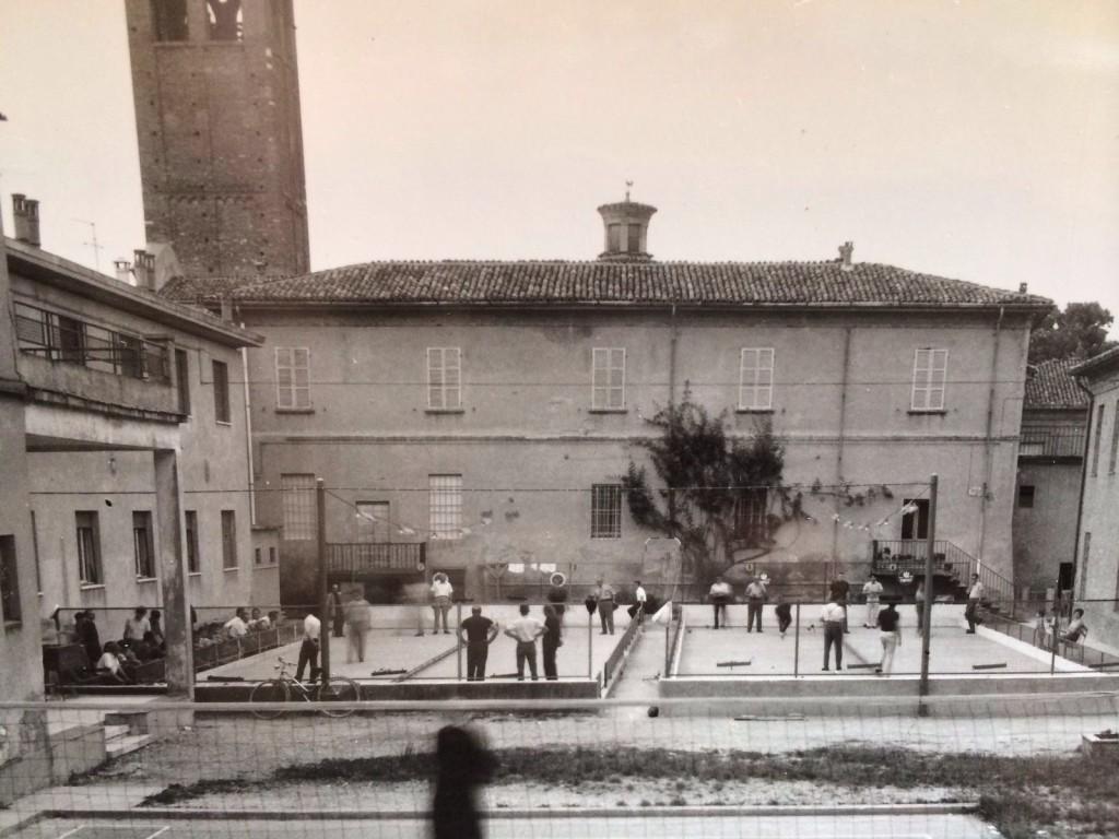 Una bella fotografia, proveniente dall'archivio parrocchiale, che mostra l'antica ubicazione dei campi di bocce all'aperto del Gruppo bocciofilo OMI.
