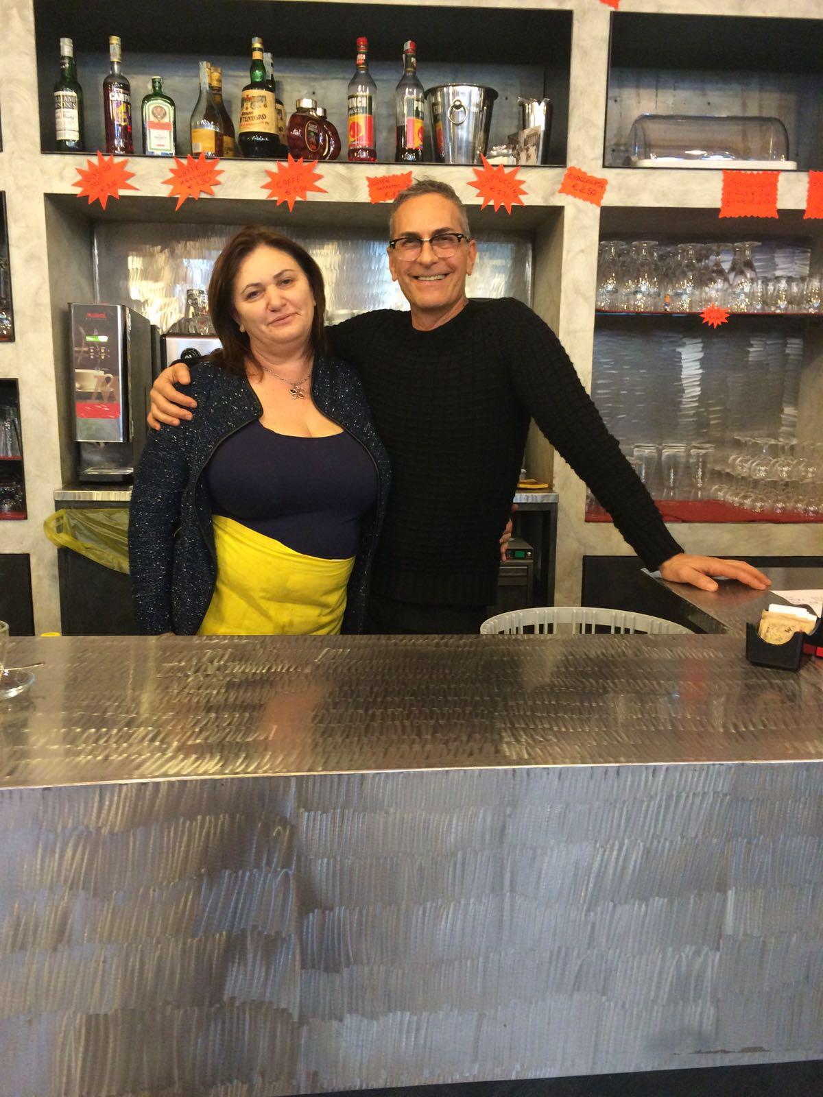 I nostri bravissimi baristi Rita e Claudio al lavoro dietro il bancone!