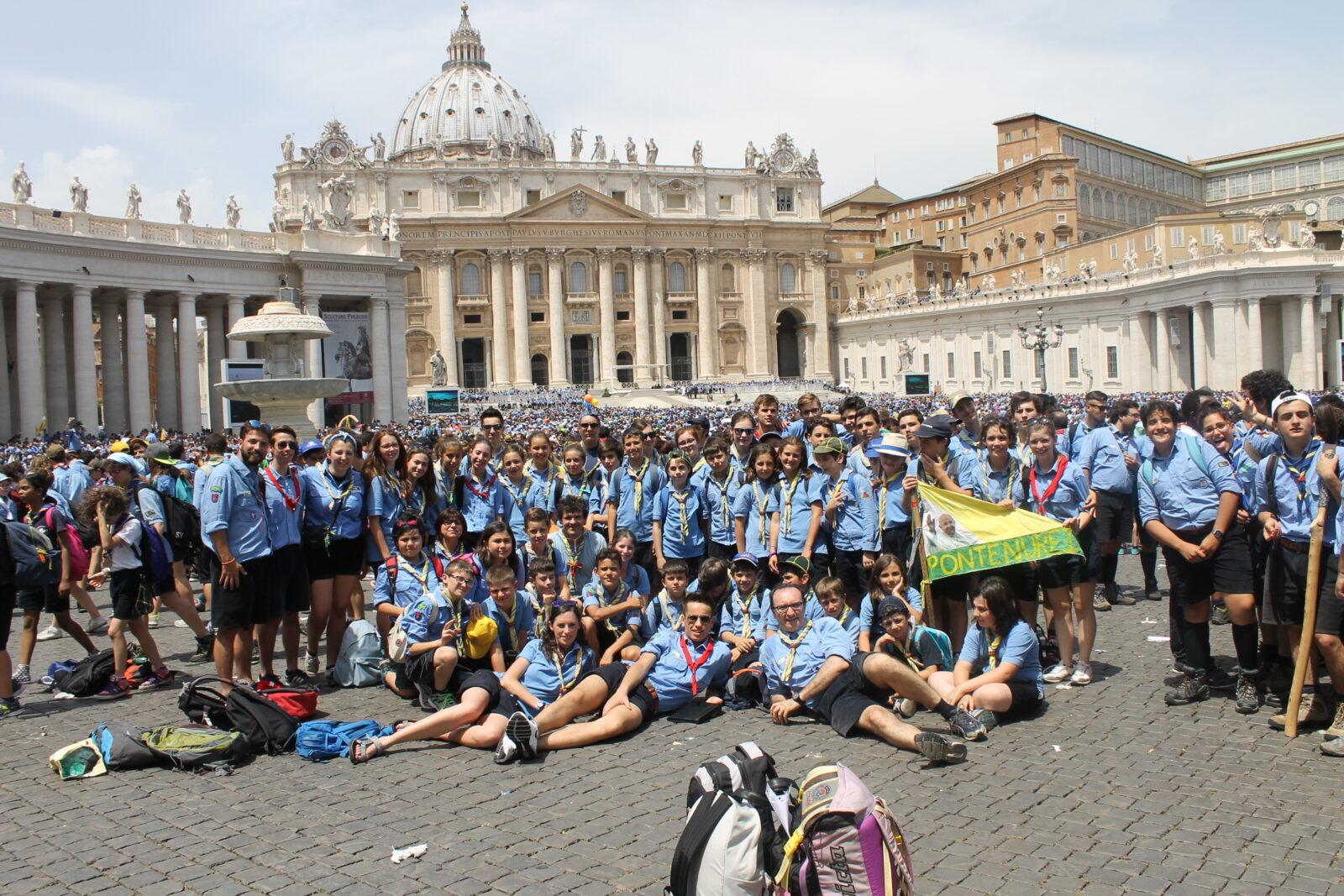 Una bella foto di gruppo con alle spalle la Basilica di San Pietro.