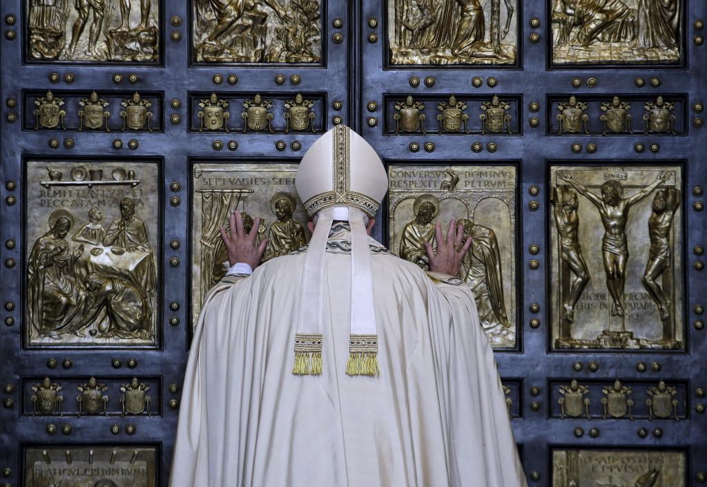 Poco dopo le 11 dell'8 dicembre 2015 Papa Francesco apre la Porta santa della basilica di San Pietro segnando l'avvio del Giubileo straordinario dedicato alla Misericordia. REUTERS/Max Rossi