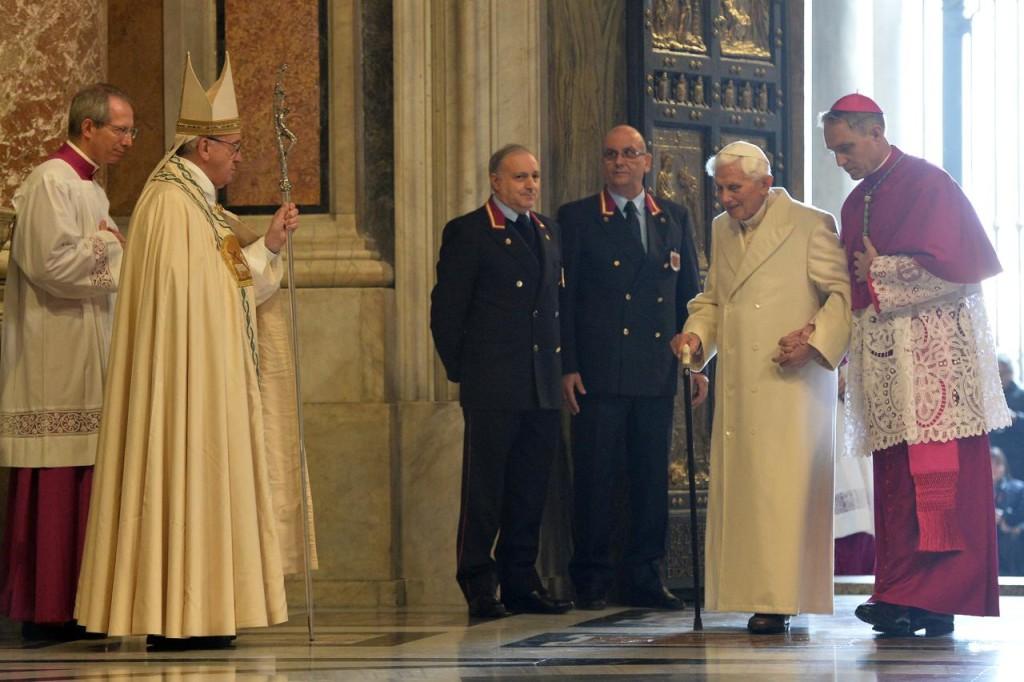 Un altro momento suggestivo e carico di storia: l'incontro tra il pontefice regnante Francesco e il suo predecessore, Benedetto XVI.