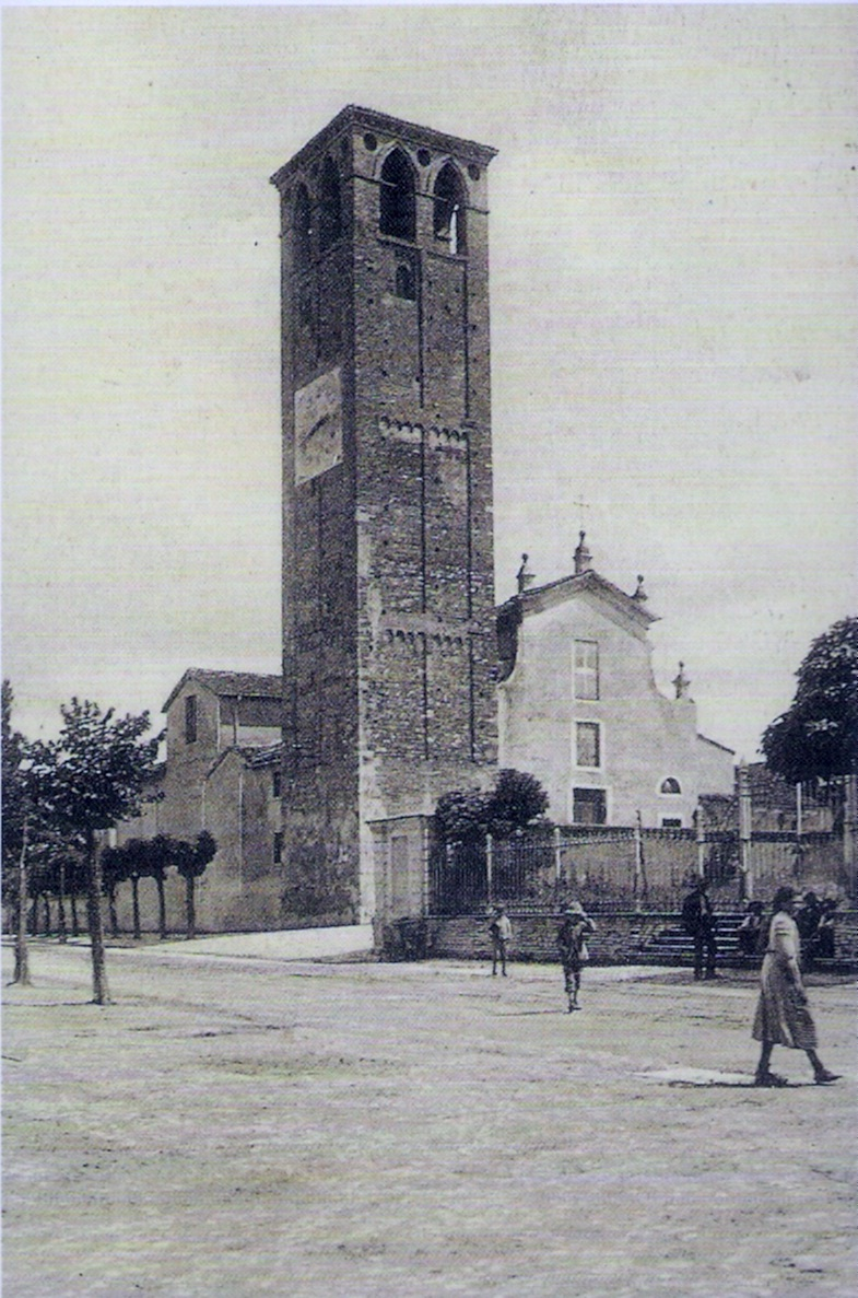 La nostra chiesa in una immagine dei primi anni del Novecento, prima dei lavori di rifacimento della facciata effettuati dall'arciprete mons. Cardinali (1910-1952).