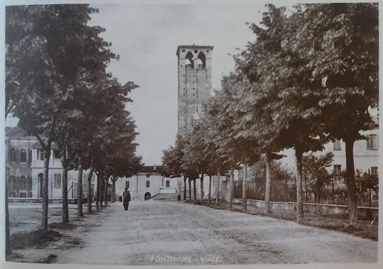 Una veduta della piazza prima che venisse costruito l'Oratorio con il Viale delle Rimembranze, costruito negli anni Trenta su progetto dell'ingegner Giovanni Tesini.