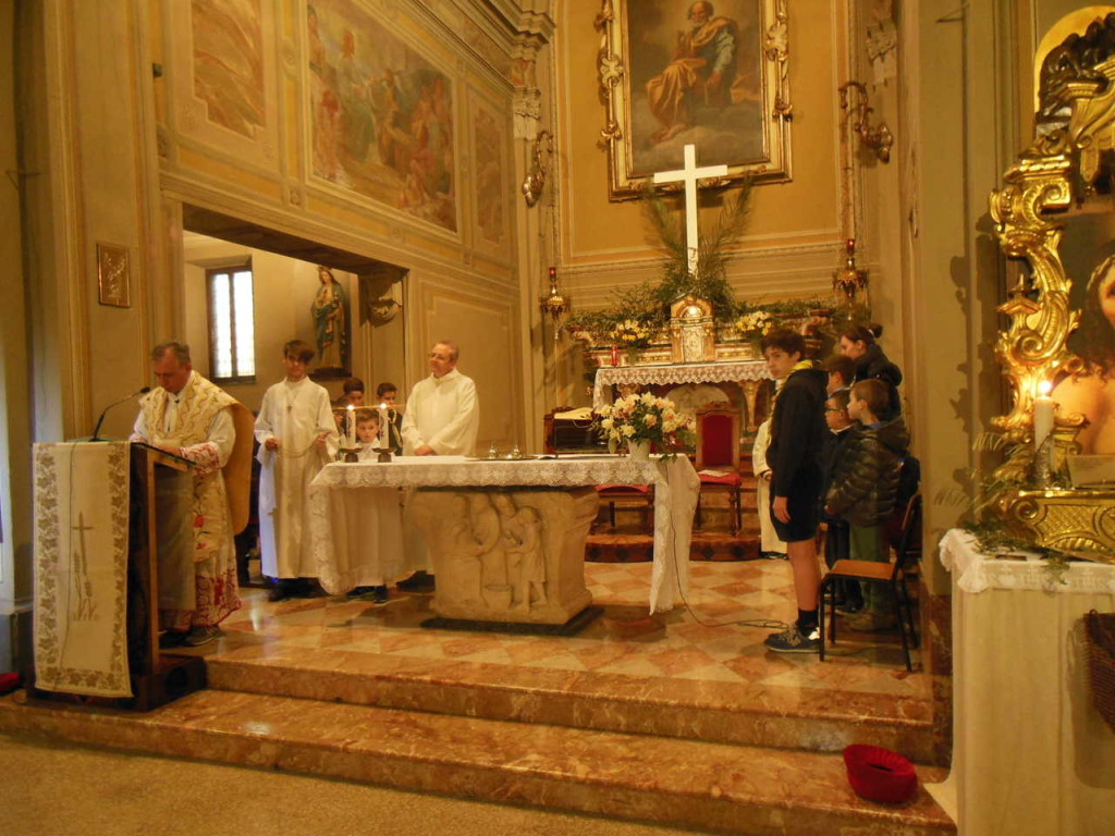 Don Mauro si prepara a proclamare il Vangelo secondo Giovanni, in cui viene narrata l'Ultima Cena del Signore e dei suoi discepoli.
