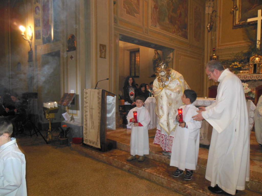 Dopo l'incensazione, don Mauro indossa il velo omerale, prende l'ostensorio in cui è esposto il Santissimo e si forma la processione verso l'altare della reposizione.
