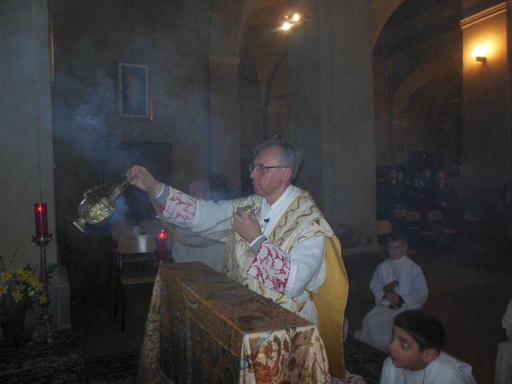 Giunti presso l'altare della reposizione, don Mauro procede ad incensare il Santissimo.
