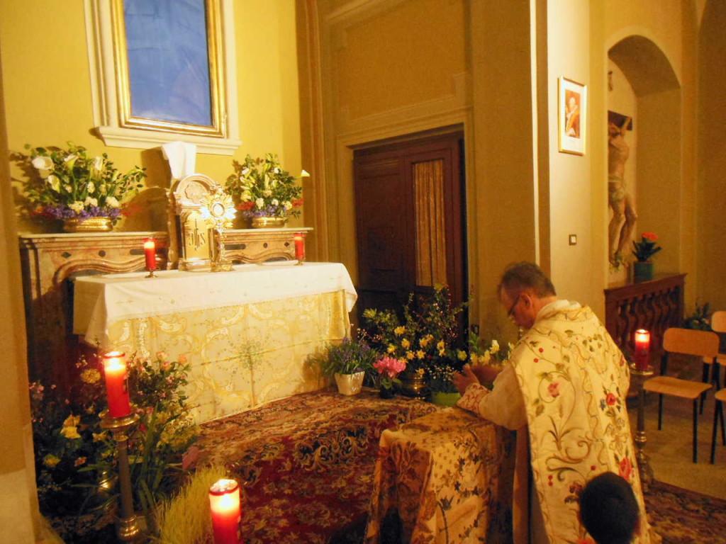 Don Mauro resta in adorazione davanti al Santissimo.