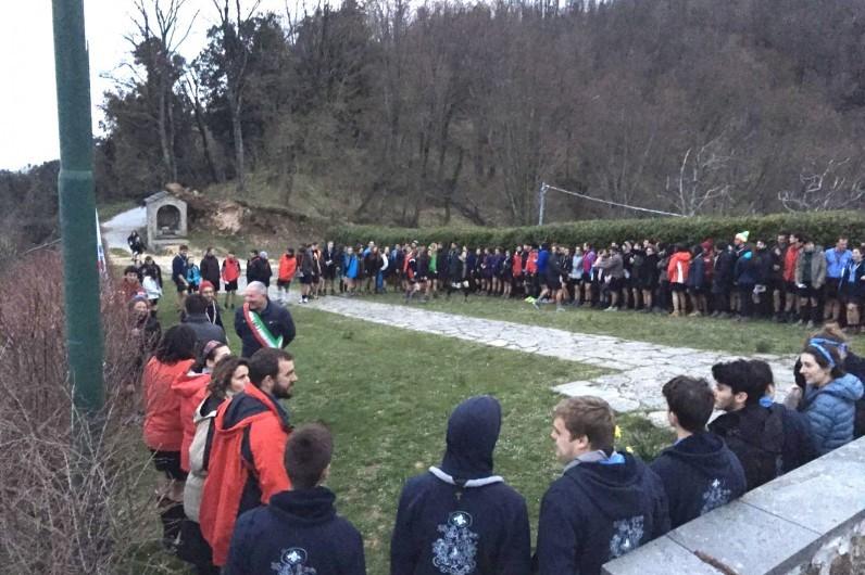 Gli scout piacentini in quadrato prima dell'alzabandiera. Tra di loro anche i nostri scout. (Copyright Versiliatoday)