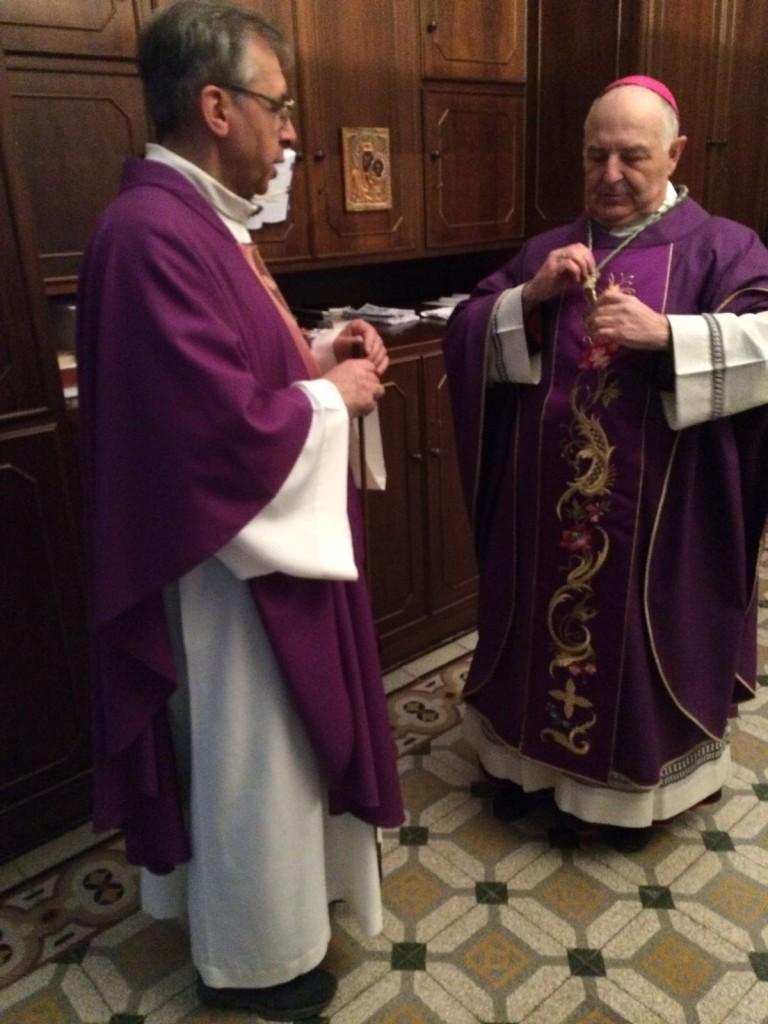 Monsignor Corbellini mentre si veste in sagrestia.