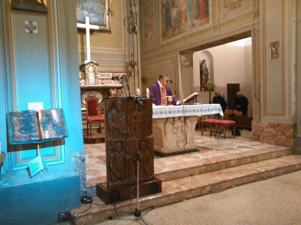 Don Mauro presso l'altare durante la Messa trasmessa in diretta radio su Radio Maria.