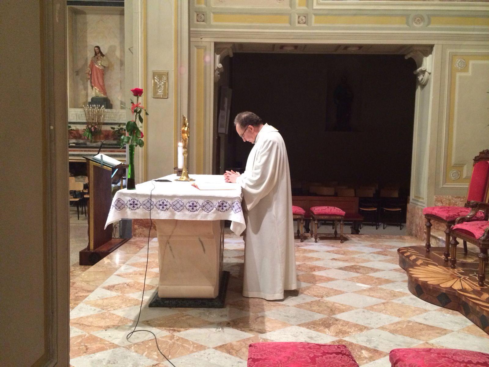 Don Gigi Bavagnoli presso l'altare. Il sacerdote ha condotto gli incontri di quest'anno.