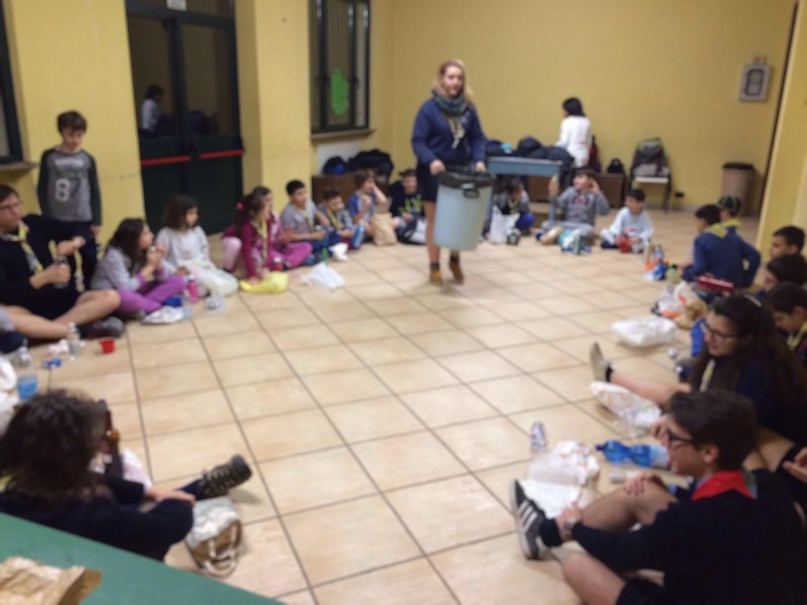 La distribuzione della cena al sacco. Le immagini sono state appositamente sfocate per impedire il riconoscimento dei volti dei bambini.