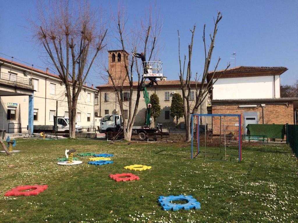La potatura delle piante nei pressi del campo giochi del nostro Oratorio.
