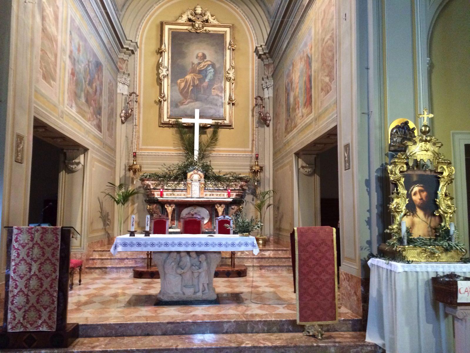 L'altare del Santissimo ornato dai rami di palme e d'ulivo.