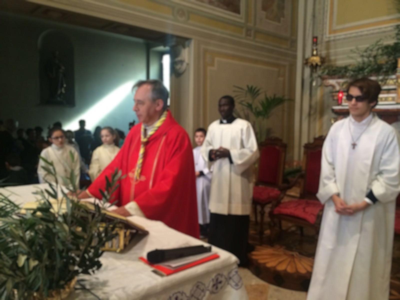 Don Mauro presso l'altare. Indossa la casula rossa, dopo aver portato quella viola durante tutta la Quaresima.