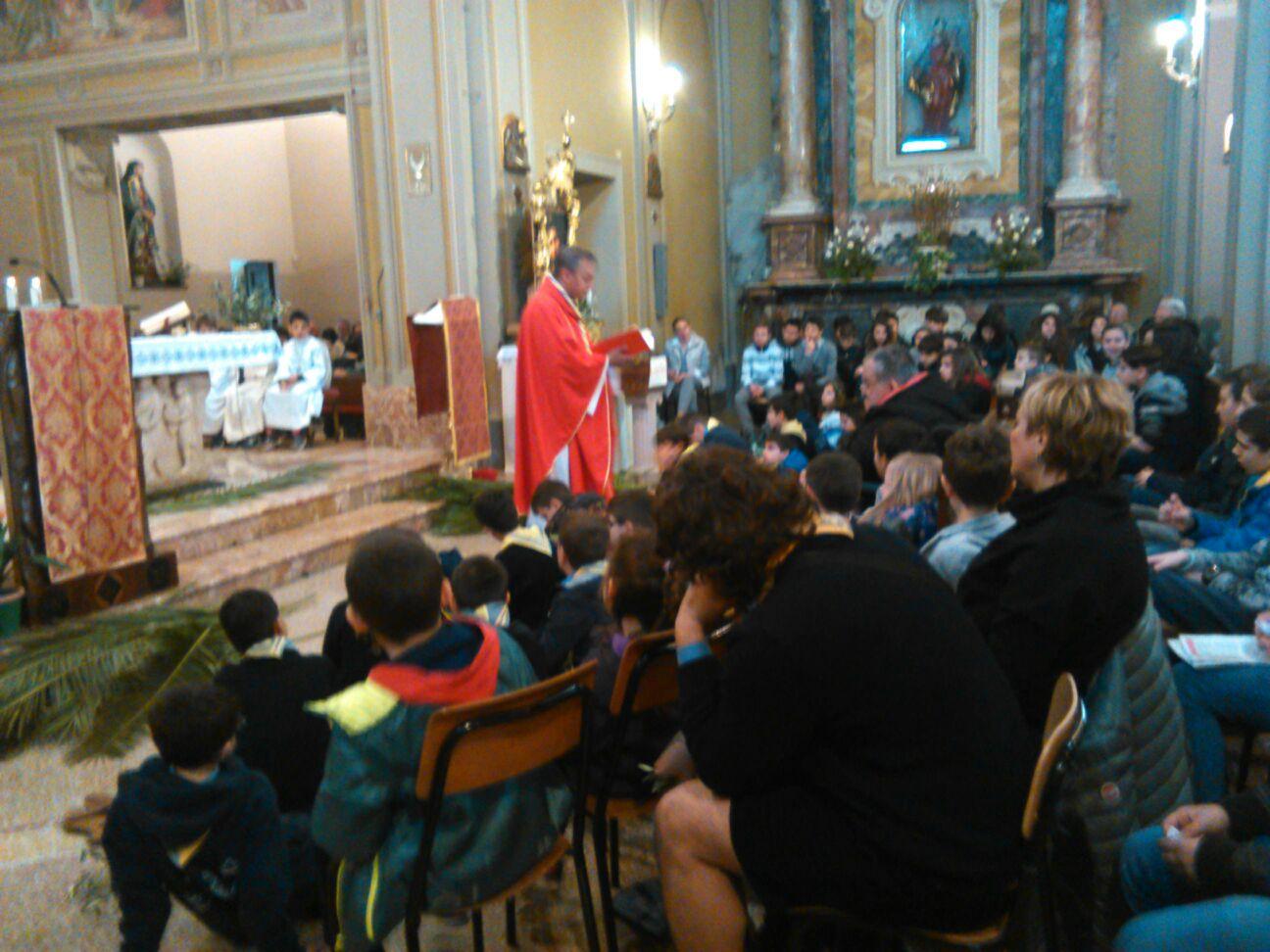 Don Mauro si rivolge ai bambini e ai ragazzi durante l'omelia.