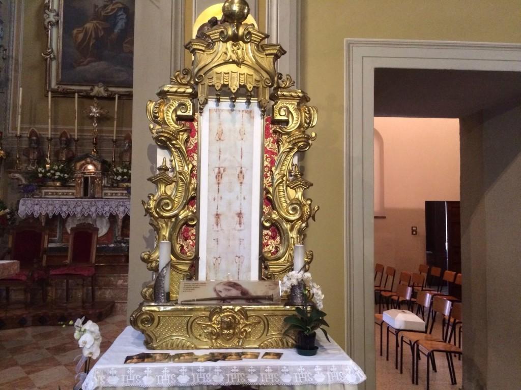 La riproduzione della Sacra Sindone, icona del mistero del Sabato Santo, esposta da questa mattina in chiesa.