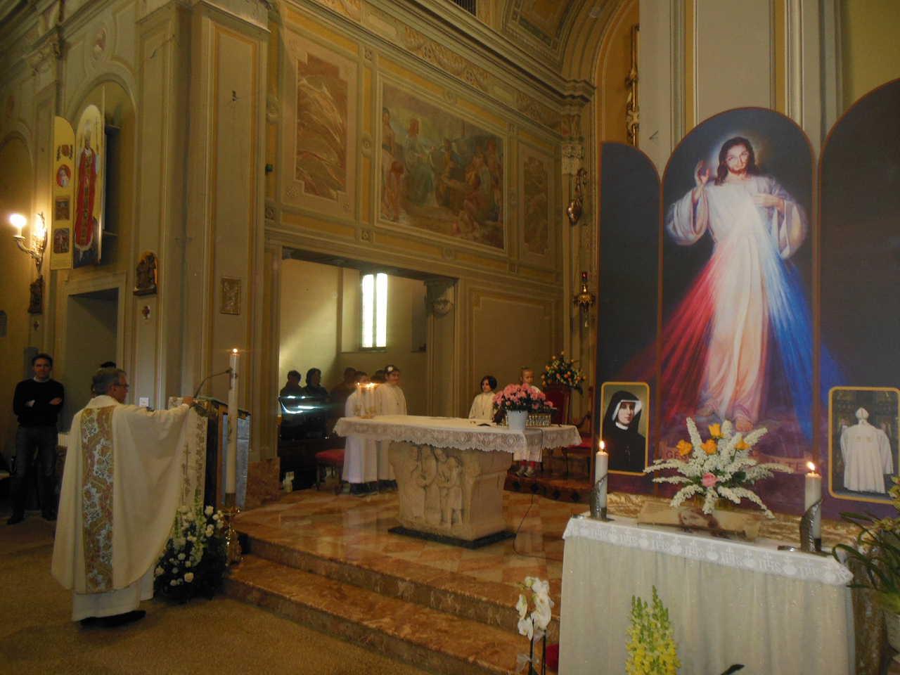 Don Mauro, dopo aver incensato il trittico, incensa anche il cero pasquale, acceso durante la Veglia nella notte di Pasqua.