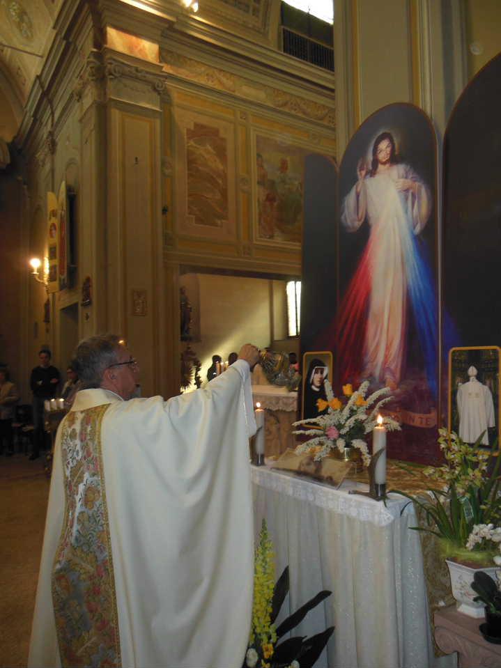 Don Mauro incensa l'icona all'inizio della cerimonia.