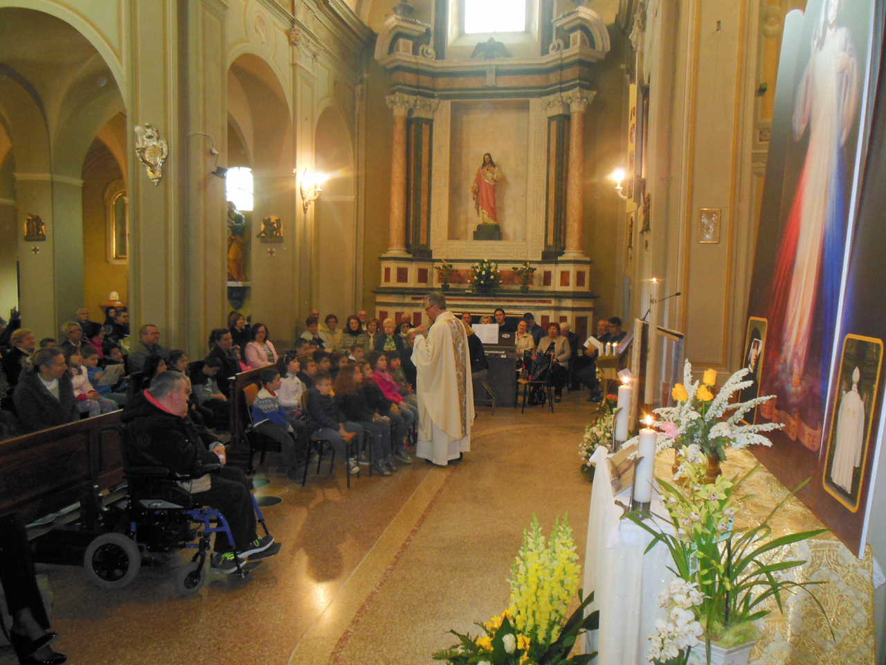 Don Mauro dialoga con i bimbi del Catechismo spiegando loro e commentando il Vangelo del giorno.