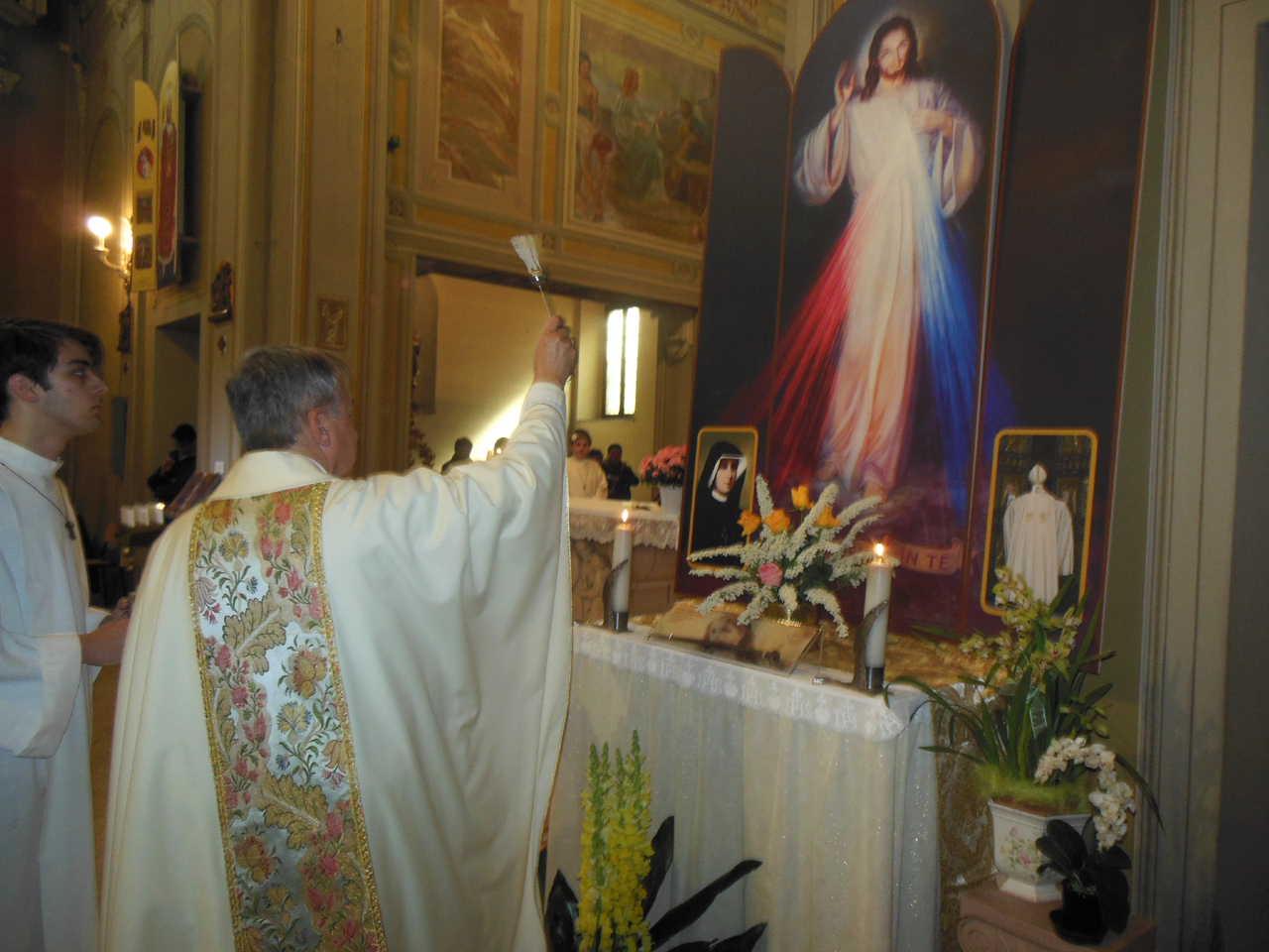 Terminata l'orazione di benedizione, don Mauro benedice con l'acqua santa l'icona.