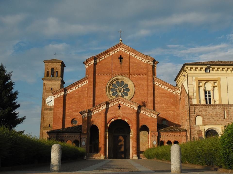 La facciata esterna dell'antica abbazia di Chiaravalle della Colomba, fondata da San Bernardo di Chiaravalle intorno al 1135.