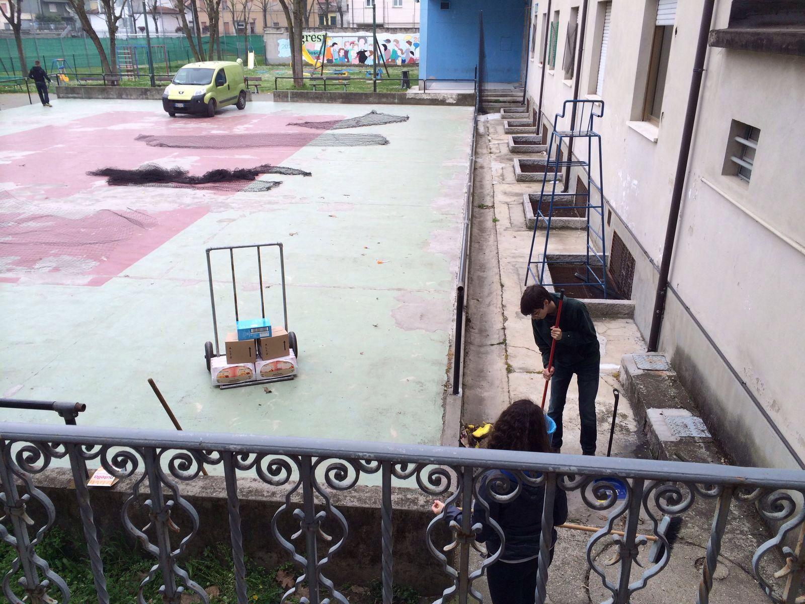I giovani del Gruppo novizi dell'AGESCI impegnati nelle pulizie dei cortili dell'Oratorio, un servizio prezioso da loro svolto ogni sabato mattina.