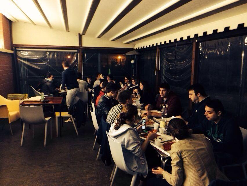 I ragazzi della Terza Media e del Gruppo Giovani durante la pizzata di ieri sera, che si è svolta al termine degli incontri dei rispettivi gruppi.