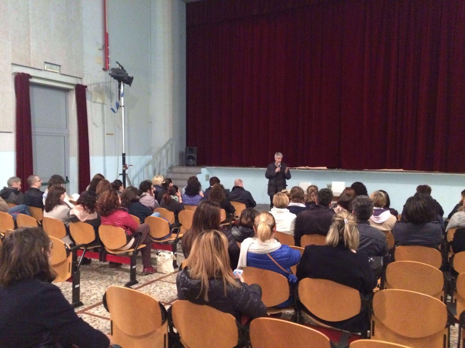 I partecipanti che hanno partecipato all'incontro di giovedì 28 aprile mentre ascoltanol'intervento del prof. Triani.