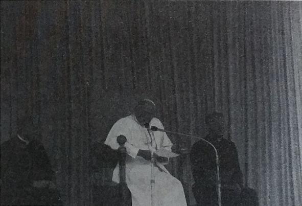 """Il Papa """"venuto da lontano"""" si è fatto più vicino ai pontenuresi.  Da posizione comoda e ravvicinata i pontenuresi hanno potuto seguire il discorso del Papa. Così lo vedevano, così l'hanno potuto fotografare."""