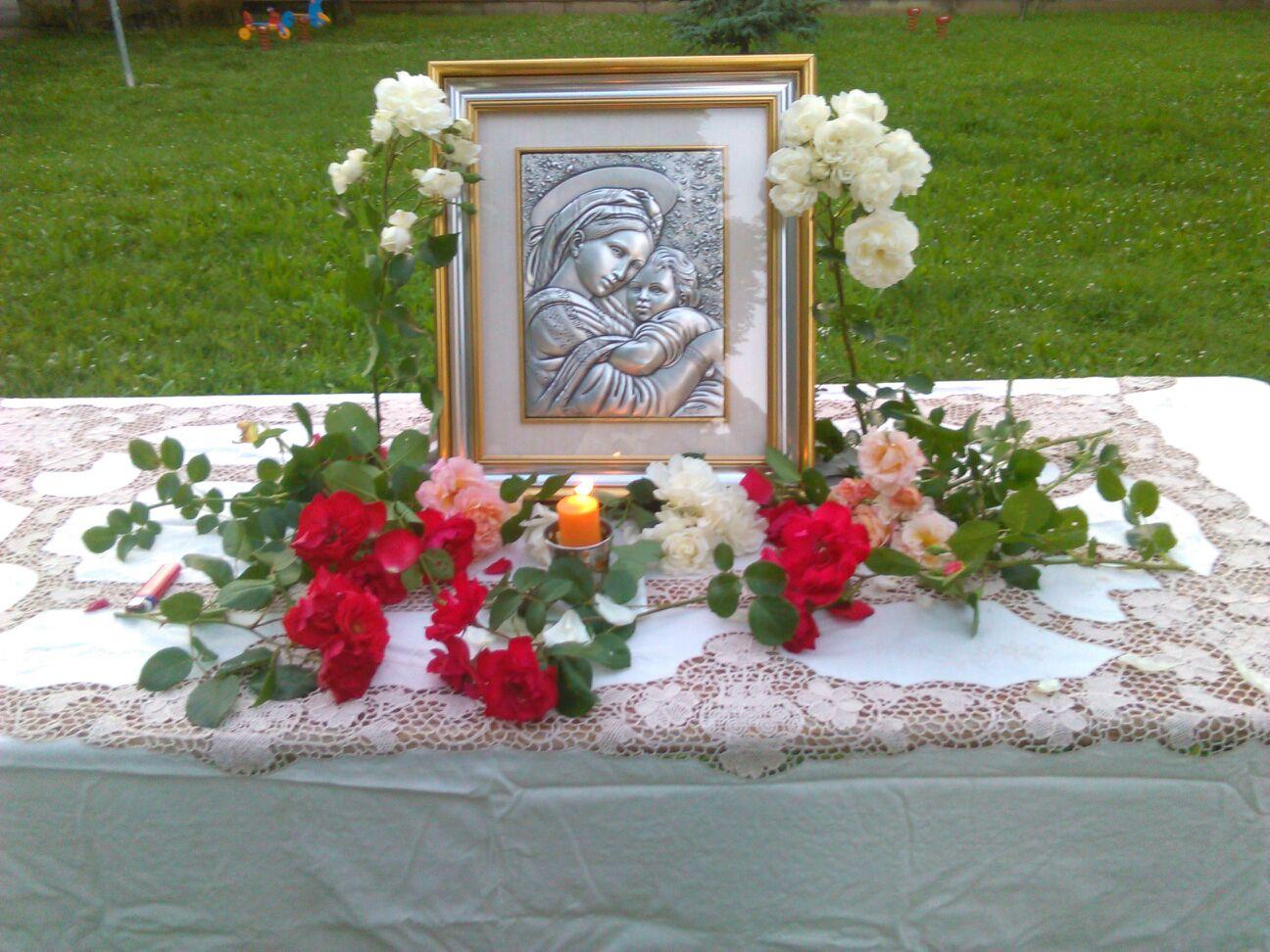 L'immagine delle Madonna con bambino davanti alla quale è stato recitato il rosario sabato 22 maggio adornata di rose bianche e rosse.