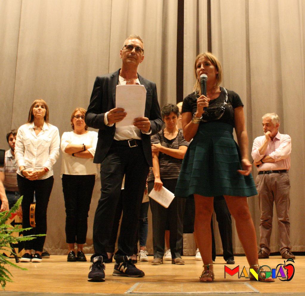 Sul palco Chiara, figlia di Mariella e organizzatrice della bella serata, accanto al bravissimo presentatore Claudio.