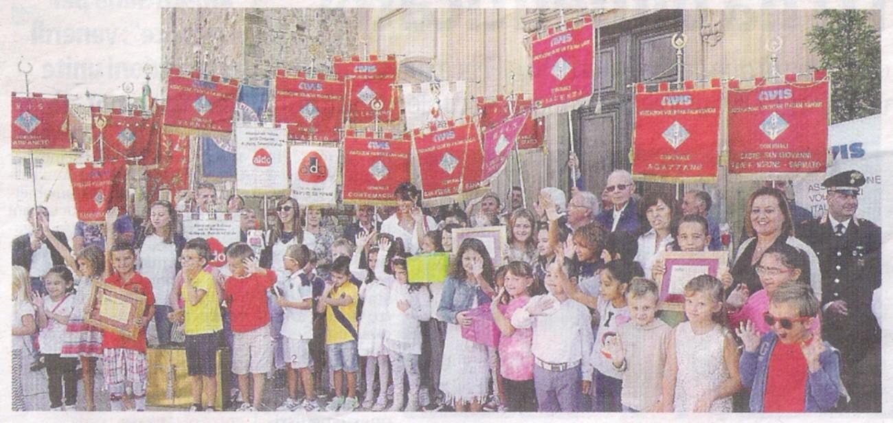 """Un momento della cerimonia svoltasi sul sagrato, la premiazione dei bambini della scuola primaria che hanno partecipato al concorso """"Dona una goccia, dona una vita"""". Foto tratta dal quotidiano """"Libertà"""" del 21 settembre 2016."""