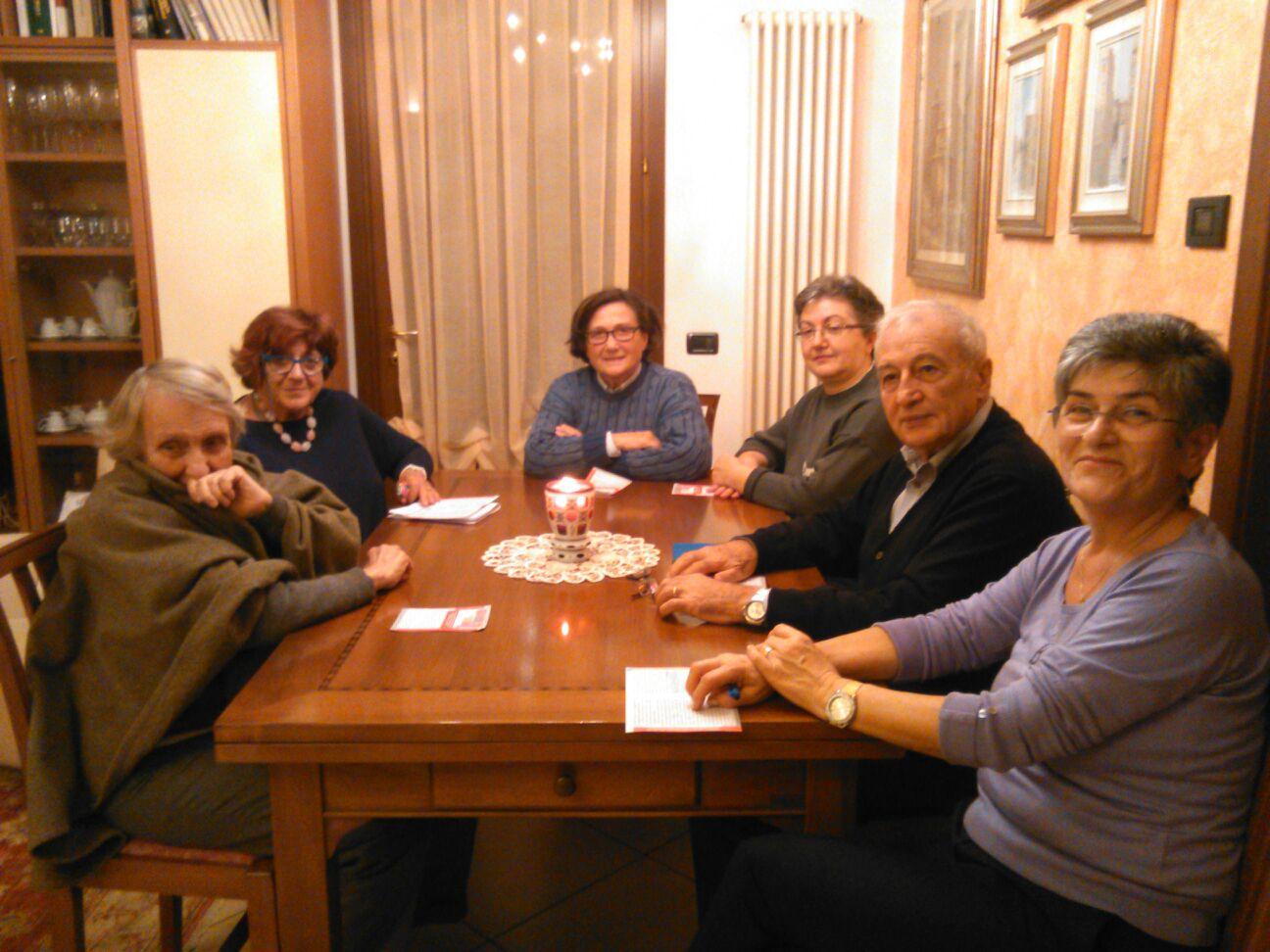 Nella foto alcuni membri del Gruppo durante l'incontro di ieri sera. Da sinistra Maria Vittoria, Claudia, Anna Rita, Annamaria , Umberto e Paola, che ha ospitato l'incontro presso la sua abitazione.