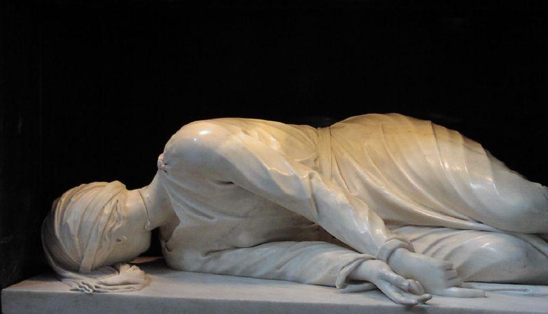 Il capolavoro di Stefano Maderno conservato presso l'altare maggiore della basilica di Santa Cecilia in Trastevere. Lo scultore, che vide il fragile corpo di Cecilia rinvenuto in occasione del restauro della basilica a lei dedicata, la ritrasse fedelmente e con il segno della decapitazione sul collo.