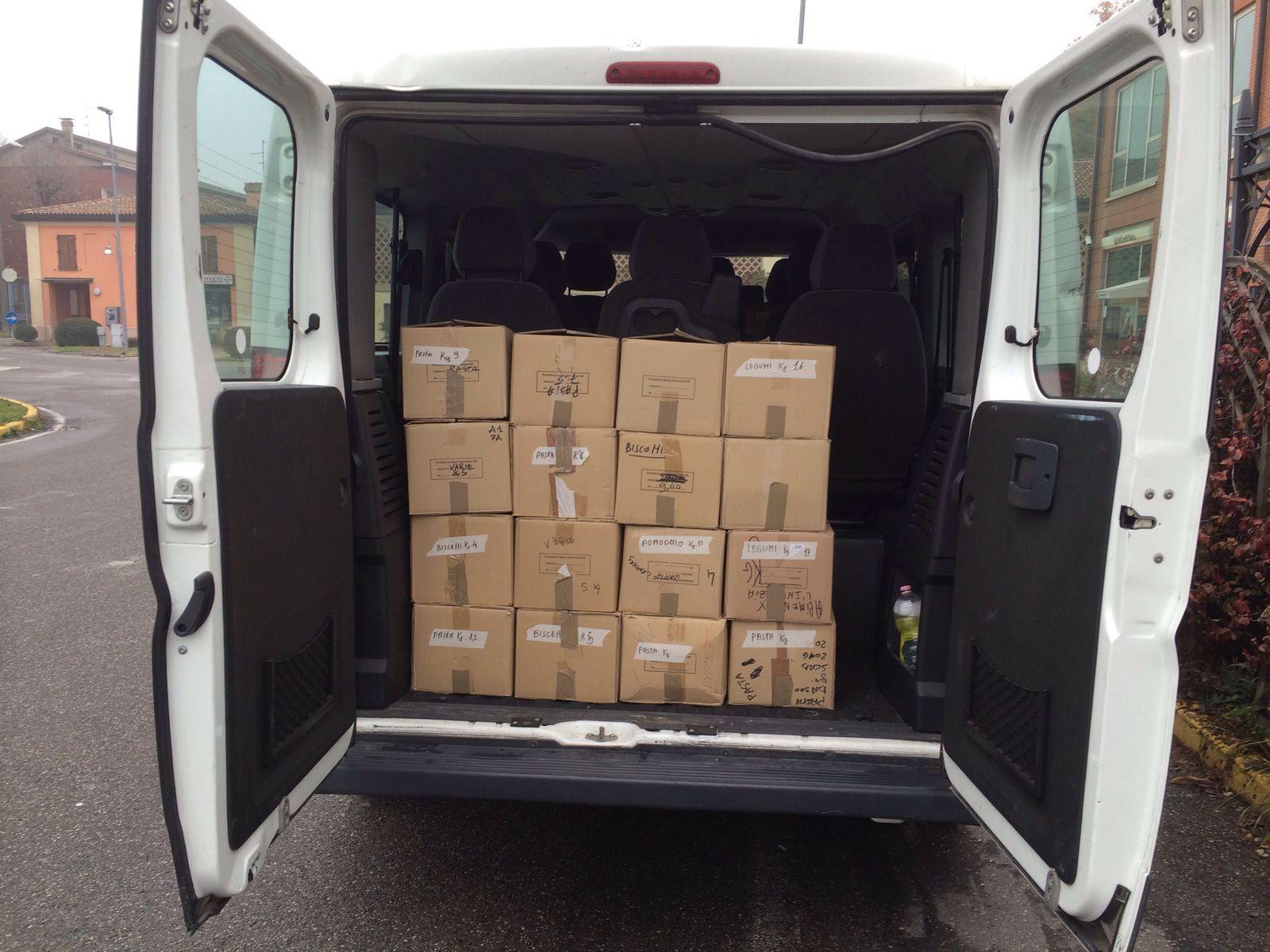 Il pulmino parrocchiale carico di scatoloni pronti per la consegna.