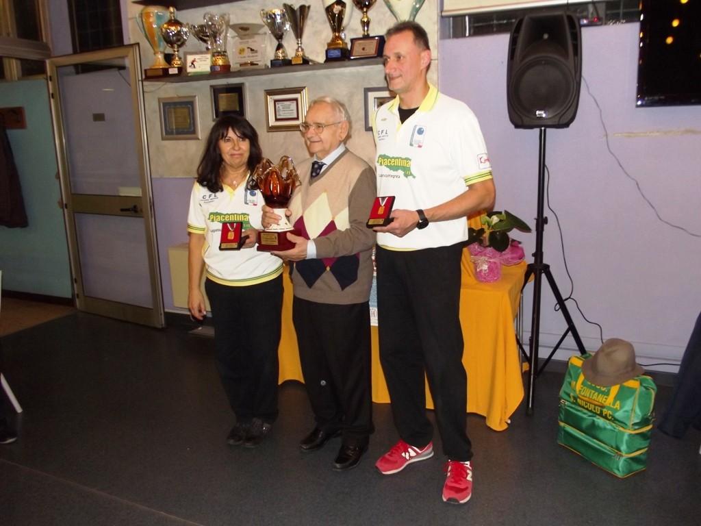 La premiazione dei vincitori Rosalba Ghisoni e Pierluigi Rossetti premiati dal sig. Luigi Benaglia.